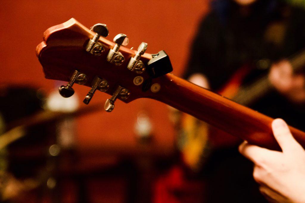 セッションするギタリスト